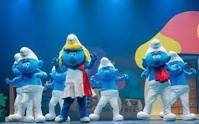 La historia de Los Pitufos, unos seres azules que viven aventuras y luchan para librarse de su enemigo Gargamel