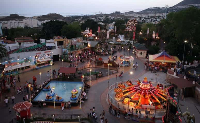 Gran parque de atracciones con muchas atracciones para los niños