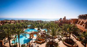 Fantastica panorámica del hotel donde se aprecian las diferentes piscinas, zonas ajardinadas y zonas de juego