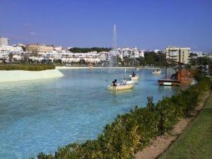 Mini lago con barcas que se pueden alquilar y pasar un momento divertido y novedoso.