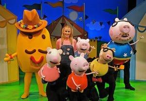 Actuación de Peppa y sus amigos con toda la familia, y la visita especial de Sr. Potato. Para ayudar a arreglar la guardería