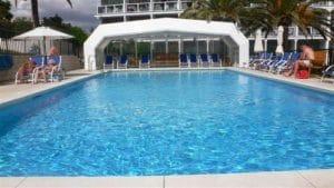 Solarium con gran piscina para los adultos dónde todo será relax y disfrutar.