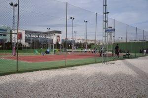 Pistas de tenis en Centro Deportivo, disponibles durante los cursos de invierno, campamento o para alquilar por horas