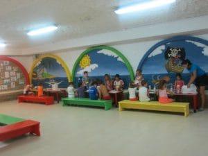 zona de juegos con monitores, pura diversión y entretenimiento para los pequeños mientras los papis se relajan en el solarium