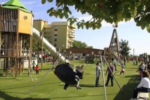 Zona infantil con toboganes y columpios en La Batería.