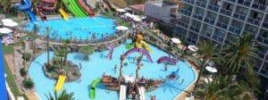 Parque acuático infantil con barco pirata, todo adaptado para la diversión y el disfrute de los niños.