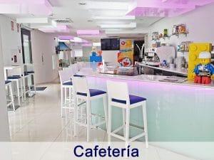 Cafetería del hotel donde los papis pueden disfrutar de un momento para ellos mientras los peques juegan en la ludoteca del hotel