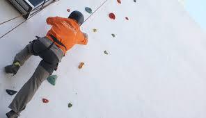 actividades de rocodromo al aire libre durante el campamento Cofrade