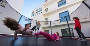 Momentos divertidos en la cama elastica que forma parte del hotel y la ludoteca