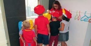 Niños preparandose para el taller merienda donde pueden pasar un buen rato preparando su propia merienda y mucho mas