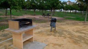Zona de barbacoas habilitadas para los visitantes del parque para pasar un gran día con amigos y familia