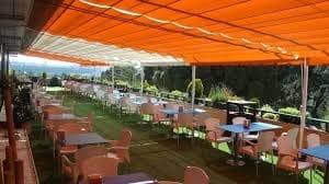 zona de restaurante adaptada para niños y mayores, durante el tiempo de ocio en parque teleférico