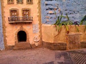 casa de los gatos recreada en una casa con ventanales y balcón.