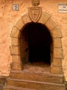 Detalle de la fachada, finca asegurada contra incendios, con puertas de madera.