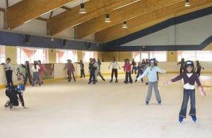 patinar y aprender este deporte en familia, con amigos, diversión asegurada en club de hielo