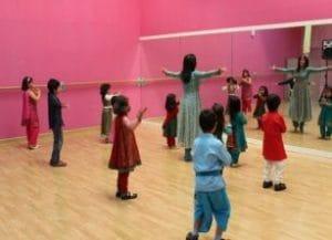 bailes de bollywood adaptados para niños, diversión y aprendizaje a través de la danza.