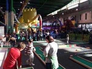 actividades como golf, pintacaras, hinchables, juguetes inteligentes y muchos más, horas de diversión sin parar