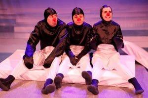 tres pingüinos, amigos, pero que tienen que decidir quién se salvará. una obra entrañable