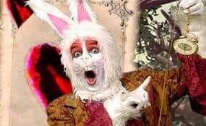 el conejo blanco del sueño de Alicia que la lleva al Pais de las Maravillas