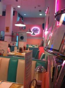 Diversión en familia, con comida de origen americano y con un divertido ambiente de los restaurantes de los años 50