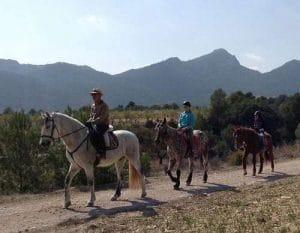 actividades al aire libre y con animales en el campamento de aventura en Onil