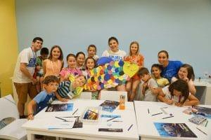 aprender jugando sobre las diferentes especies marinas del acuario durante el campamento de Semana Santa