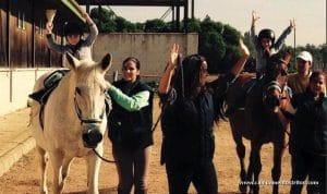 niños desde los 3 años disfrutando y conociendo a los caballos en el campus ecuestre