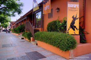 Fachada y entrada principal al parque zoológico Bioparc