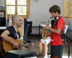 perfeccionar y mejorar sus conocimientos con la música y poder divertirse aprendiendo