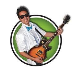 cada loco científico toca un instrumento para divertir y hacer cantar al público
