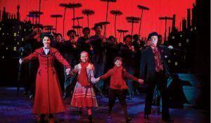 la mágica niñera Mary Poppins llega para ayudar y cuidar a los niños. les enseñará de manera divertida