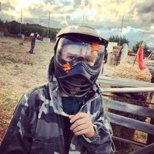 juego de manera segura con mascara protectora y bolas de gel que no dejan marca