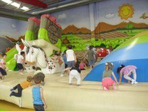 Diversión en zonas hinchables, piscinas de bolas, camas elásticas y mucho más en Planeta Màgic Almansa