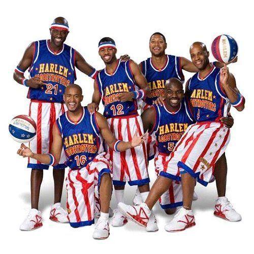 jugadores de baloncesto que hacen trucos jugando con el balón, en el espectáculo de los Harlem Globetrotters