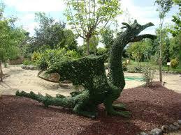 un jardín de cuento con figuras mitológicas y de todo tipo