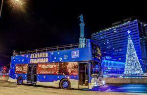 autobuses municipales iluminados recorriendo las principales calles de la ciudad