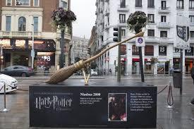 escoba del mundo de Harry Potter expuesta en las calles de Madrid