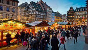 Mercado de Navidad en la plaza de la Catedral en Estrasburgo, mercado tradicional