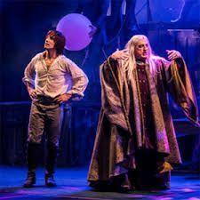 una historia artúrica con el mago Merlín como cuidador del joven Arturo, hasta que pueda heredar la corona