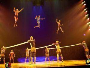 saltos de barra en barra realizando acrobacias