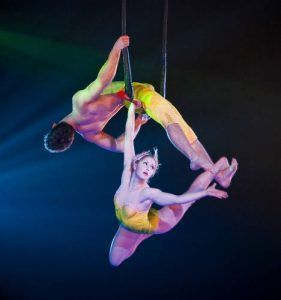 baile de dos enamorados en trapecio fijo,