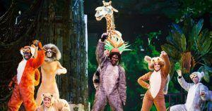 los personajes de Madagascar y el rey en la canción Move it, Move it