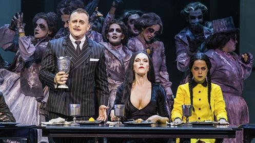 los padres de Miércoles, La familia Addams, una familia peculiar, diferente, tétrica y divertida