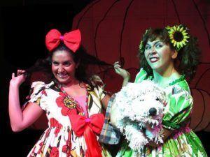 Cenicienta un cuento clásico hecho musical con Acuario Teatro, con las hermanas malvadas y el hada madrina