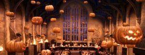 la cena de Halloween en Hogwarts decorada con calabazas de Halloween