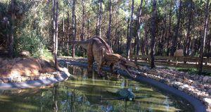 replicas de dinosaurios en paraje natural de portugal
