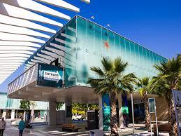 el Museo Alborania-aula del Mar se encuentra en las cercanías del Muelle uno