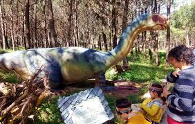 parque de dinosaurios al aire libre en los bosques de portugal