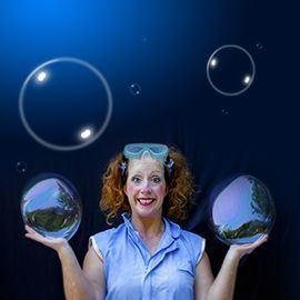 Tina después de tocar artes como el teatro o el circo nos trae un espectáculo de pompas para los más pequeños