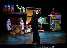 una obra que nos cuenta con actores, música y títeres la historia de amor de unos juguetes